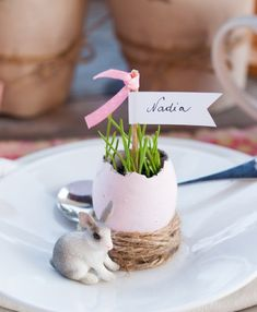 easter table diy decorations egg shells vases place cards burlap yarn | @Mindy CREATIVE JUICE | @getcreativejuice.com