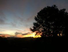 Sol nascendo na Av. Mário Covas. Arujá.