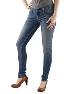 LEVI'S 524 CLOSED SWAP Die 524 closed swap ist eine enge, leicht stretchige Röhre der Marke #Levis. Die dezente Waschung im Bereich der Knie und Oberschenkel verleiht dieser #Skinny Fit #Jeans einen zeitlos-klassischen Charme. Die knappe Hüftjeans verfügt über geknöpfte Gesässtaschen.