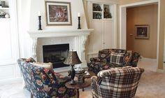 На фотографии показан камин для дачи. Его сделали в гостиной комнате. Для облицовки используется мраморная плитка, а также камин имеет декоративные имитирующие колоны. Каминная полка используется д...