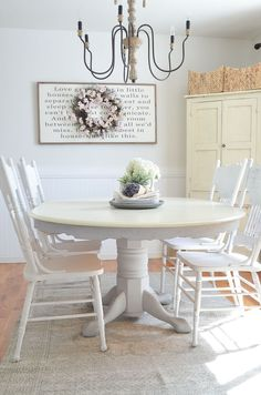 Tolerant staffed shabby chic dining room decor Find yours Shabby Chic Dining Room, Shabby Chic Kitchen, Shabby Chic Homes, Shabby Chic Decor, Chalk Paint Dining Table, Oak Dining Table, Style At Home, Dining Table Makeover, Shabby Chic Zimmer