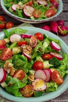 Würziger bunter Salat mit Walnüssen Salad, that occurs in a different way in the kitchen Salad Recipes Healthy Lunch, Salad Recipes For Dinner, Chicken Salad Recipes, Easy Healthy Recipes, Vegetarian Recipes, Salads For A Crowd, Easy Salads, Easy Meals, Mediterranean Quinoa Salad