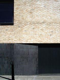 Få göra ngt med marken för att man drar in bv Brick Architecture, Residential Architecture, Contemporary Architecture, Interior Architecture, Facade Design, Exterior Design, Brick Works, Brick Detail, Brick Texture