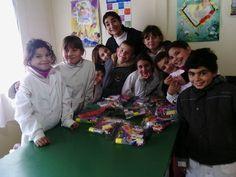 Alumnos de la Escuela 51 Paraje La Constancia recibiendo la donación de las cartucheras con útiles para el día del niño que les regalaron los integrantes del Cas Fortín Machado