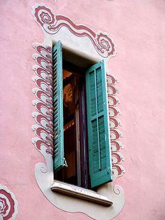 """""""Gaudí asomándose por la ventana..."""". Casa Gaudi in Park Guell, Barcelona. La Ribera, Barcelona, Cataluña, España (photo: Tamara - tamara_ibi, 2005, Flick)"""