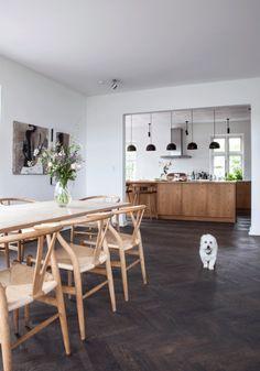 7 smukke spisestuer med y-stolen i fokus Ercol Dining Table, Dining Area, Dining Room Inspiration, Home Decor Inspiration, Living Room Lounge, Villa, Modern Kitchen Design, Interior Design Living Room, Interior Styling
