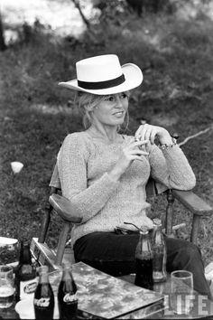 Brigitte Bardot on the set of Viva Maria, Bridgitte Bardot, Black N White Images, Black And White, Celebrity Advertising, Divas, Star Francaise, Coca Cola Ad, Ann Margret, Raquel Welch