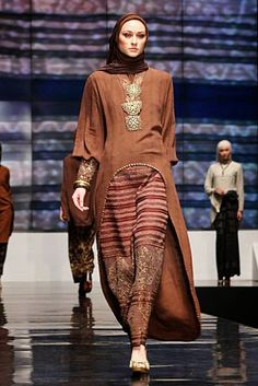 Ida Royani From West To The East. Indonesia Fashion Week 2012 at Jakarta Convention Center. Batik Muslim, Kebaya Muslim, Muslim Dress, Kebaya Dress, Batik Kebaya, Batik Dress, Modest Fashion, Unique Fashion, Fashion Design