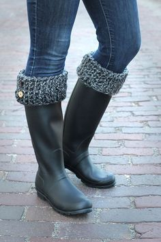 How to make boot cuffs - cozy! How to make boot cuffs - cozy! Guêtres Au Crochet, Crochet Boots, Knit Boots, Crochet Slippers, Crochet Boot Cuff Pattern, Knitted Boot Cuffs, Boot Toppers, How To Make Boots, Elf Boots