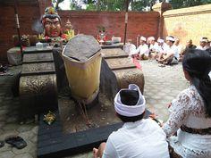 KEDIRI, TRIBUNUS.CO.ID - Topeng Gajah Mada yang diyakini dan dimiliki oleh seorang Jro Suranta dari Pulau Dewata Bali yang sudah dip...