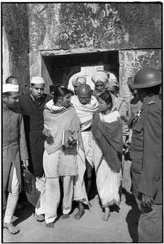 Delhi, GANDHI leaving Meherauli, a Moslem shrine. This is one of his last appearances between the end of his fast and his death. ( photo by Henri Cartier-Bresson) Magnum Photos, Candid Photography, Street Photography, Urban Photography, Color Photography, Mahatma Gandhi Photos, Gandhi Quotes, Henri Cartier Bresson Photos, History Of India