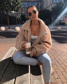 Oversized Zip Up Borg Teddy Trucker Jacket Beige – Outfit Inspo – Summer Outfits Winter Outfits For Teen Girls, Winter Fashion Outfits, Fall Winter Outfits, Autumn Fashion, Summer Outfits, New York Winter Outfit, College Winter Outfits, Cozy Winter Fashion, Stylish Winter Outfits