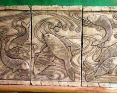Mural de ceramica con dibujos de peces serigrafiado con tonos color crema. Siglo XXI . D.M.G
