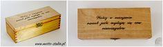 """""""Walcz o marzenia nawet jeśli wydają się one nieosiągalne.""""   Pudełko drewniane na herbatę/ drobiazgi bejcowane kolorem """"dąb jasny"""" i zabezpieczone lakierem bezbarwnym.    Może być miłym i """"motywującym"""" prezentem dla Waszych bliskich i przyjaciół.    Wykonane z drewna sosnowego o wymiarach (dł/szer/wys) 22,5x10x7,5 cm z ręcznie wypaloną sentencją.   Wiele innych drewnianych pudełek na: https://motto-studio.pl/pl/c/pudelka-drewniane/27"""