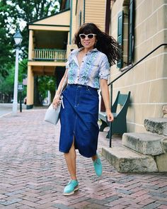Printed shirt, denim skirt and derby shoes | Photo by Carelia (@myevolvingstyle) | For more style inspiration visit 40plusstyle.com