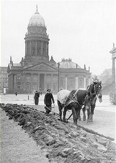 Berlin 1942 Gendarmenmarkt und Deutscher Dom.
