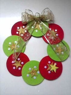 Mira como hacer coronas navideñas de CDs paso a paso con vídeo. Christmas Crafts For Kids To Make, Christmas Activities, Christmas Projects, Holiday Crafts, Christmas Printables, Felt Christmas, Christmas Holidays, Christmas Wreaths, Christmas Ornaments