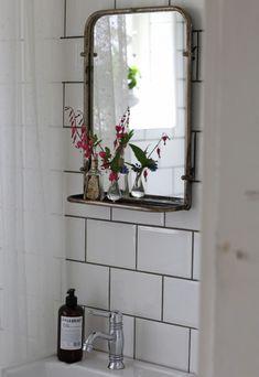 Small bathtub: inspiring models and photos - Home Fashion Trend Bad Inspiration, Bathroom Inspiration, Interior Inspiration, Mirror Inspiration, Laundry In Bathroom, Bathroom Sets, Small Bathroom, Bathroom Mirrors, Design Scandinavian