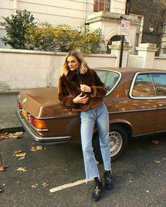 Casaco marrom, jeans cropped, loafer preto com meias
