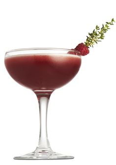 """""""One Way Street""""  Ingredienser:  5 cl hindbær/vaniljesauce (fx fra Morten Heiberg) 3,5 cl limejuice 1,5 cl vand Pynt: 4 friske hindbær + en kvist frisk timian Fremgangsmåde:  Alle ingredienser shakes og serveres i glas med is. Pyntes med hindbær sat på timiankvist."""