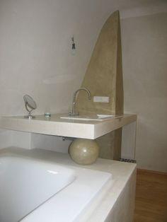 badewannen und waschbeckenumrandung aus tadelakt im hintergrund wandelement aus hellbraunem tadelakt kugel aus - Tadelakt Dusche Boden