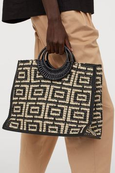 Shopper in braided paper straw with two wooden handles at the top and a narrow, detachable shoulder strap in imitation leather with a carabiner hook at each Fendi, Spring Handbags, H&m Handbags, H&m Bags, Gift Card Shop, Jacquemus, Espadrilles, Summer Fashion Trends, Spring Fashion