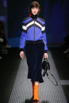 Explore the looks, models, and beauty from the MSGM Autumn/Winter 2015 Ready-To-Wear show in Lake Como on 1 March 2015 Runway Fashion, High Fashion, Winter Fashion, Fashion Show, Fashion Design, Fashion Trends, Mode Chic, 2015 Trends, Casual Street Style