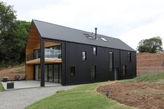 haus design EXCLUSIVE: Steph Wilson, who's on Grand Designs on Wednesday, wanted to live on the Herefordshire farmland she grew up on and bought 27 acres for before disaster struck. Modern Barn House, Modern House Design, Grand Designs Uk, Grand Designs Houses, Grand Designs New Zealand, House Plans Uk, Black Cladding, Timber Cladding, House Cladding