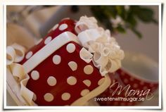 A Christmas gift - I made a tutorial for how to make the bows on the cake. Please visit my blog to see it: http://sweeterwithsugar.se/