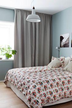 Highlights fra BO BEDRE: Lejlighed i Oslo med design og farvede detaljer Floor To Ceiling Curtains, Bedroom Wall Colors, Bedroom Ideas, Pink Home Decor, Floral Bedding, Oslo, Manhattan, Flooring, Blanket