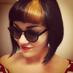 Dyed Bangs are a neat idea. Short Hair With Bangs, Short Hair Cuts, Short Hair Styles, Love Hair, Great Hair, Gefärbter Pony, Pelo Pin Up, Vintage Hairstyles, Bob Hairstyles