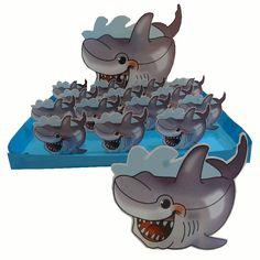 Pas maar op! Deze stoere, blije haai traktatie kan zo bijten...     Het fijne aan deze traktatie is dat de kindjes er nog iets aan overhouden ook. Eerst wat te snoepen, en daarna een leuke onderzetter om thuis je beker op te kunnen zetten. www.creakelder.nl