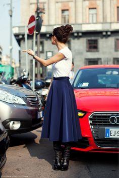 Harper's Bazaar Russiaのエディター、Natalia Alaverdianです。    コメントはこのスカートの美しさに集中!    1点目を引くものがあれば他はシンプルで良い、という好例。    ごつめのブーツは賛否両論のようですが、トップスはカジュアルにTシャツですし、    ヘアのボリュームとも合っているので    私はこれはこれでアリなんではないかと思います。    コンサバ好きな方は、タイトなポインテッドトゥのブーツの方がおすきでしょうね~    パーソナルスタイリストrisa