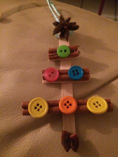 Palitos de canela, estrella de anís y botones montado en paletas de madera