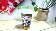 Esta #taza para llevar de #cerámica con #tapa de #silicona y #diseño #retro, será la preferida de #Mamá porque se la podrá llevar allá donde quiera :)