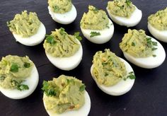 Delicious eggs filled with a soft avocado cream that will surely triumph . Healthy Snaks, Good Food, Yummy Food, Xmas Dinner, 20 Min, Yummy Appetizers, Creative Food, Finger Foods, Tapas