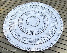 Kaunis, iso, pyöreä ja valkoinen miniontelokuteesta virkattu matto, Asteri-maton ohjeesta muokattu.