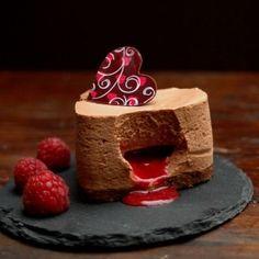 Torta di mousse al cioccolato e zenzero con cuore di lamponi