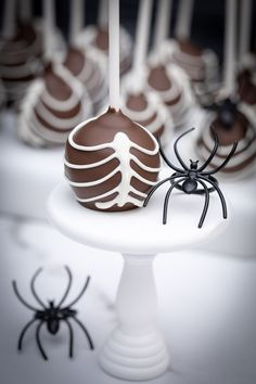 Halloween Rib Cage/Skeleton Cake Pops Learn how to make these easy Cake Pops For Halloween! Halloween Cake Pops, Halloween 1, Halloween Treats, Cake Pop Tutorial, Valentine Cake, Holiday Cakes, Rib Cage, Cute Food, Holiday Recipes