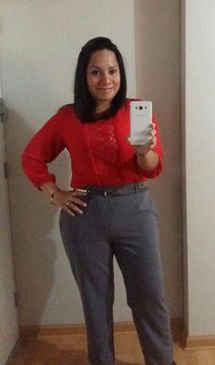 Blusa roja ALMENDRA COLLECTION y pantalon plomo NIOBE.