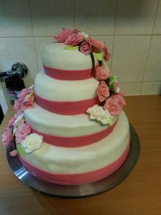Bruidstaart. Een waterval van bloemen