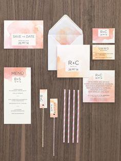 Moderne Kartenserie in Orange und Koralle mit Wasserfarben-Design und Platzkarten-Schildchen von Made With Love bei www.weddingstyle.de