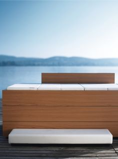 Sundeck sorgt für doppelte Entspannung – indoor und outdoor.    Im Bad. Im Wohnraum. Auf der Terrasse... Entworfen von der Designergruppe EOOS, passt die geniale Badewanne Sundeck überall da, wo sich ein Wasseranschluss befindet. Die praktische Abdeckung hält das Badewasser warm, bis man in die Wanne steigt.  Und nicht nur das: Zusammengefaltet dient sie dem Badenden als bequeme Kopfstütze, ausgebreitet wird sie zur entspannenden Liege und Ablage.  Design by EOOS