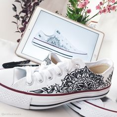 Handbemalte Chucks mit deinem Tattoo Source by ariellaartwork pintados Painted Canvas Shoes, Hand Painted Shoes, Painted Clothes, Sneakers Fashion, Fashion Shoes, Sharpie Shoes, Shoe Art, Geek Gifts, Custom Shoes