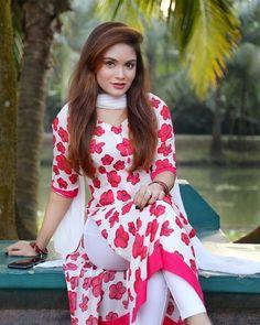 Beautiful Blonde Girl, Beautiful Girl Indian, Beautiful Indian Actress, Beautiful Actresses, Beautiful Women, Simple Pakistani Dresses, Pakistani Dress Design, Pakistani Girl, Indian Girl Bikini