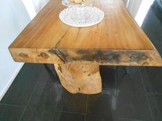 Handgemaakte tafels uit Bali (suar hardhout). Een prachtig object dat het geweldig zal doen in grote woonkeukens, maar bijvoorbeeld ook in showrooms, restaurants of vergaderruimtes. Elke boom en daarmee elke tafel is anders en dus uniek. De 'jongste' jaarringen van het hout zijn lichter van kleur en duidelijk zichtbaar aan de zijkanten van de tafel. Deze suar boomstamtafels, nu verkrijgbaar bij ons. In breedte afmeting tussen 0,80 en 0,90 cm (ca. 2 meter lang).