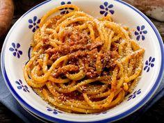 Bucatini all' amatriciana - Bucatini with Amatriciana sauce ( tomato, onions, pepper and smoked bacon) Spaghetti All Amatriciana, Best Pasta Recipes, Sauce Recipes, Cooking Recipes, Italian Dishes, Italian Recipes, Pasta Pomodoro Recipe, Meals, Tomatoes