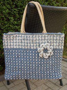 Afbeeldingsresultaat voor ah tas haken Crochet Tote, Crochet Handbags, Crochet Purses, Diy Crochet, Granny Square Bag, Denim Crafts, Craft Bags, Purse Patterns, Knitted Bags