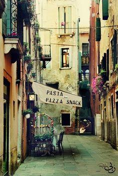 Street scene, Rome, Italy. www.urbanrambles.com