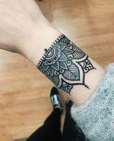 33 Cool Small Wrist Tattoos For Guys – Wrist Designs Biomech Tattoo, Tattoo Dotwork, Armband Tattoos, Cuff Tattoo, Anklet Tattoos, Tattoo Bracelet, Arm Tattoo, Sleeve Tattoos, Rosary Tattoos